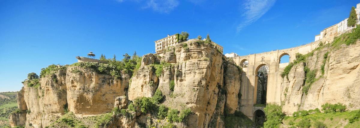 El Puente Nuevo es uno de lugares que visitar durante una ruta en coche por los pueblos blancos de Málaga