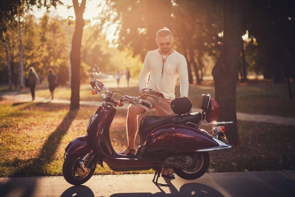 Imagen de un hombre descubriendo las ventajas de alquilar un scooter en Málaga