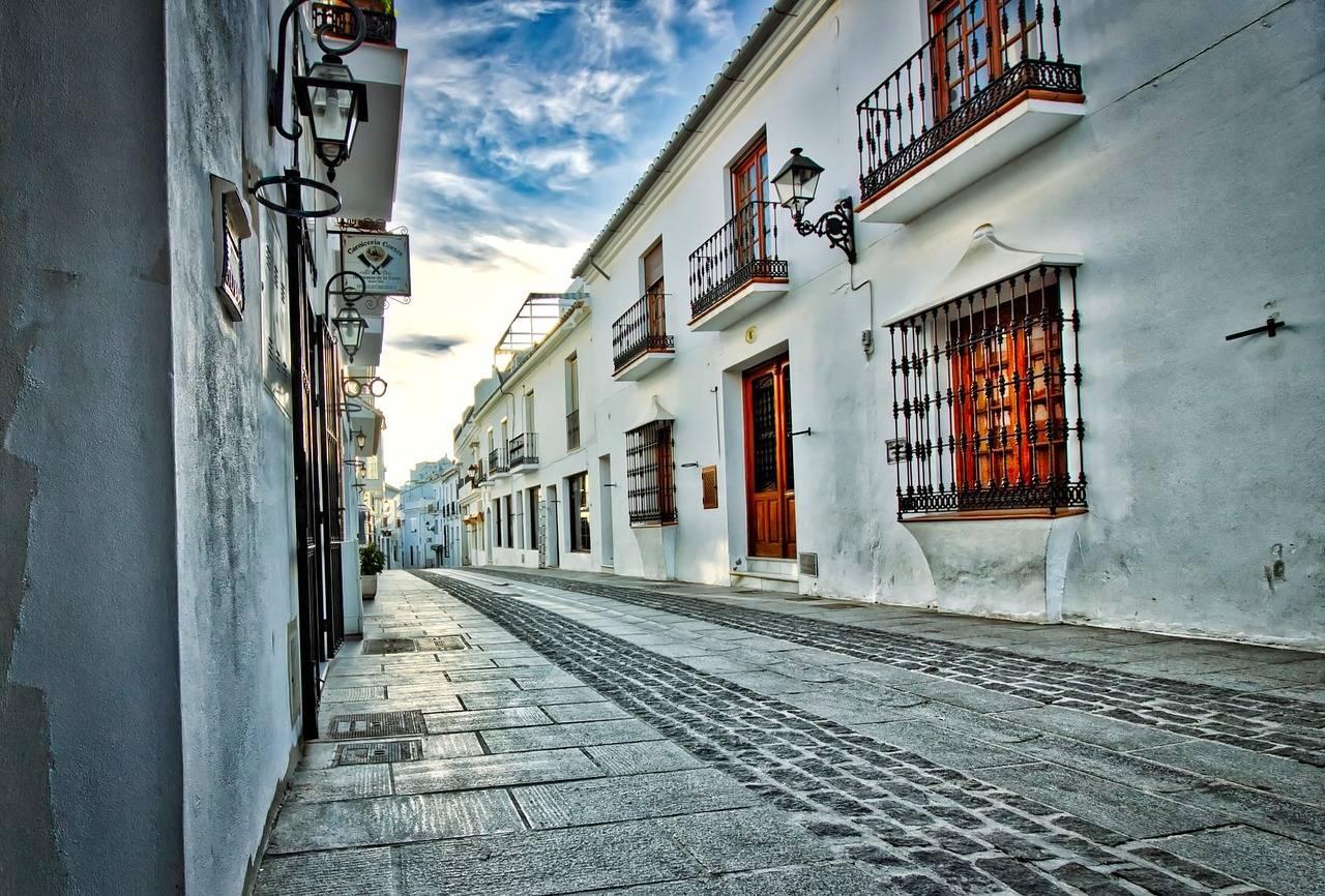 Fachada de pueblo blanco en Málaga uno de los más bonitos pueblos para pasar durante un viaje en coche por Málaga