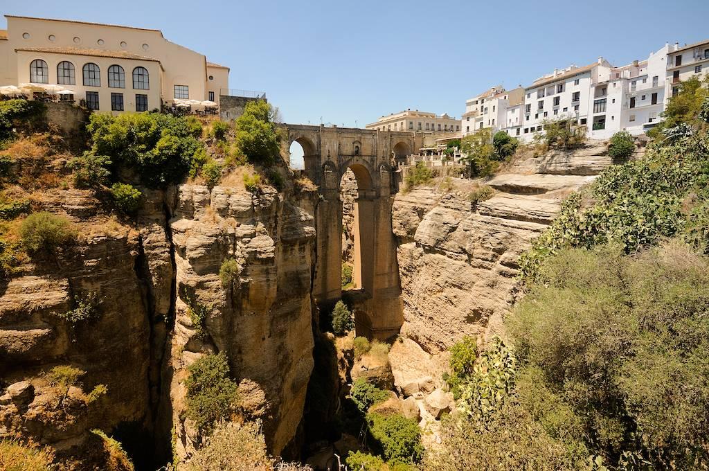 Weißes Dorf in Malaga eines der schönsten Dörfer, die man während einer Autofahrt durch Malaga verbringen kann